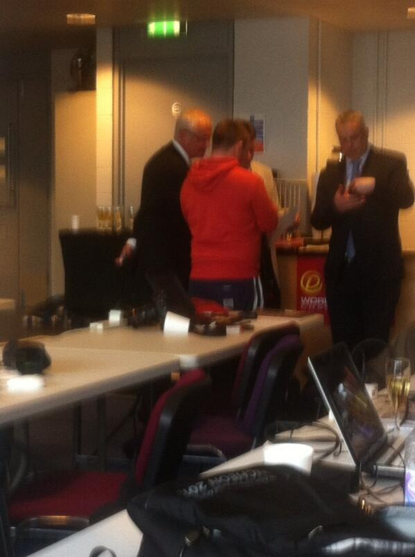 A crap photo of Bazza explaining stuff to Mark Allen post-corkpops.